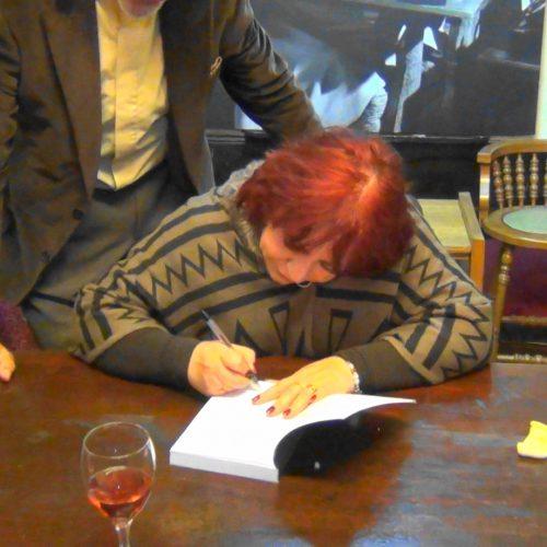 Firmando mi último Libro La História Tañada en Cueca al Ritmo de los Panderos en la SECH, Abril 2016.