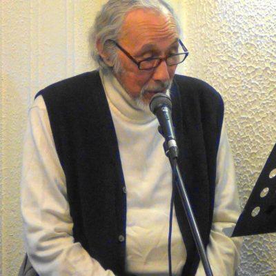 Mario Lorca diciendo las narrativas del libro Tèllez Selecto